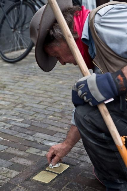 Demnig aan het werk met Stolpersteine in Zwolle